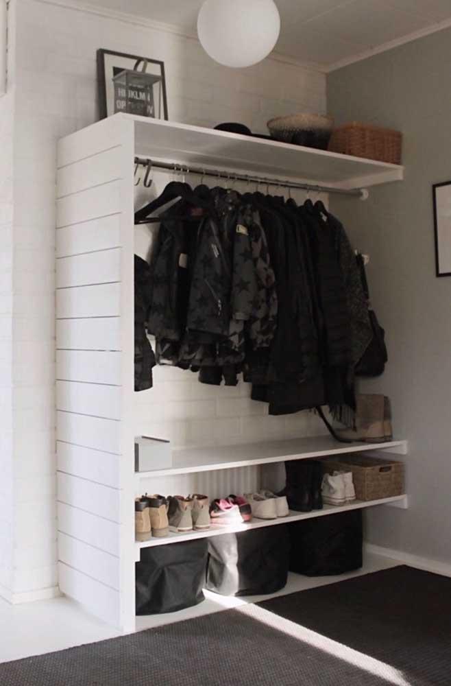 Pintura branca nos pallets para deixar o guarda roupa mais clean e elegante