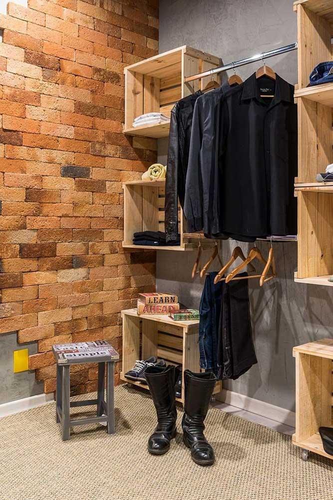 E que tal apostar em caixotes para reforçar a estética e a funcionalidade do seu guarda roupa de pallets?