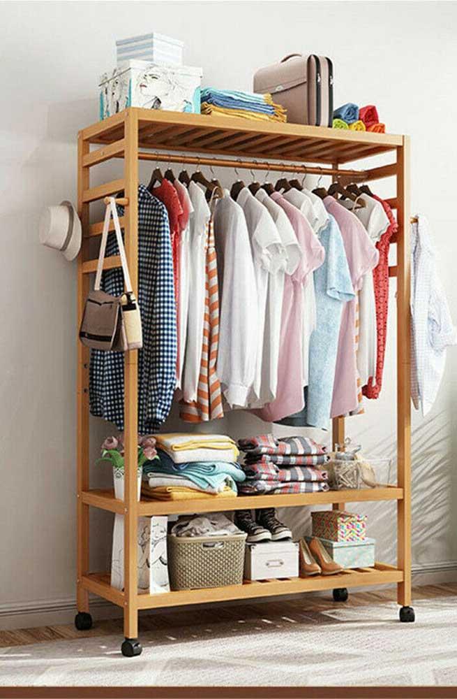 Adicione os acessórios que desejar ao seu guarda roupa de pallet. Esse aqui, por exemplo, tem cabideiro e rodinhas