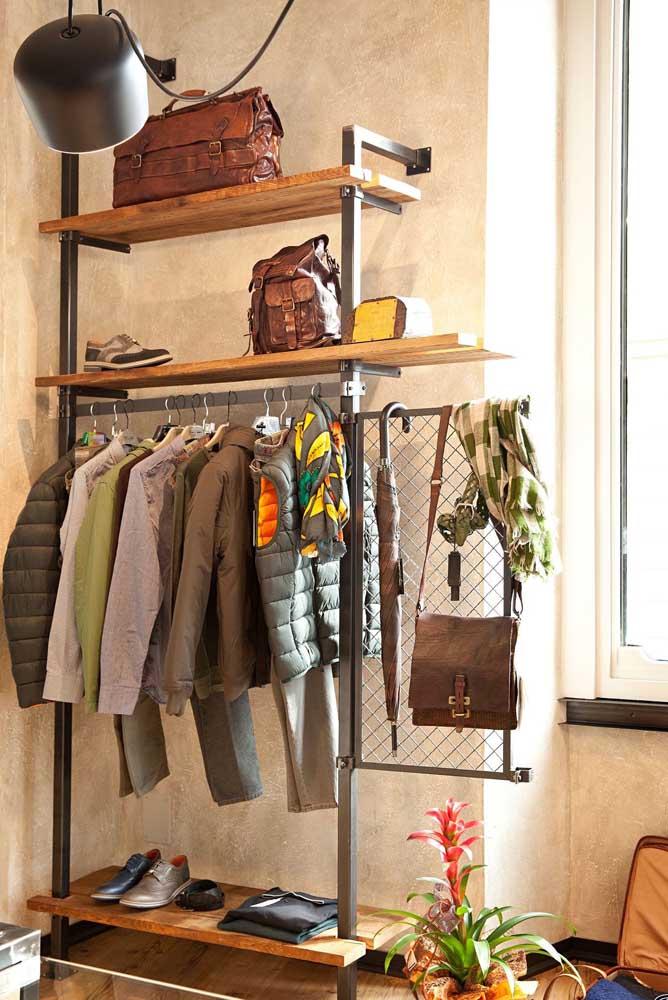 A estrutura metálica garante um ar moderno e industrial ao guarda roupa. Destaque para a fixação na parede e a tela aramada que serve como suporte