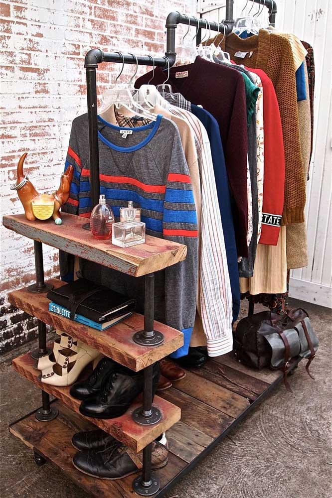 Para os fãs do estilo industrial, um guarda roupa de pallet com araras de cano