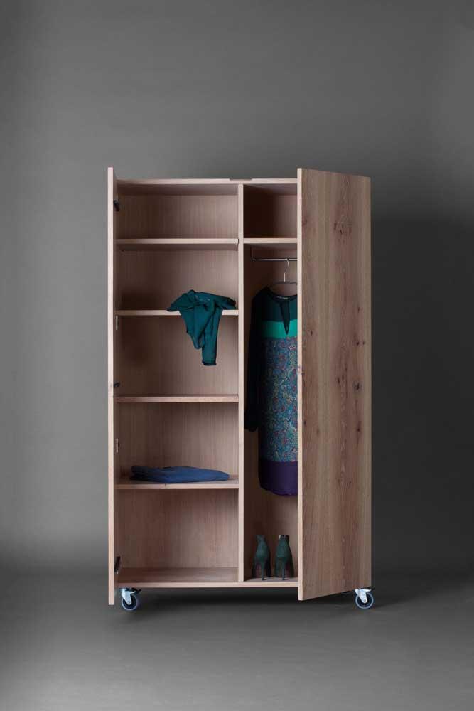 Guarda roupa de pallet com portas de abrir e rodinhas para facilitar o deslocamento pelo quarto