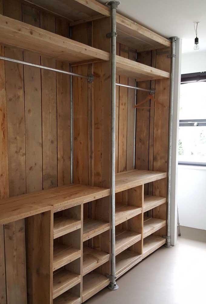 Armário de pallet aberto perfeito para preencher o closet