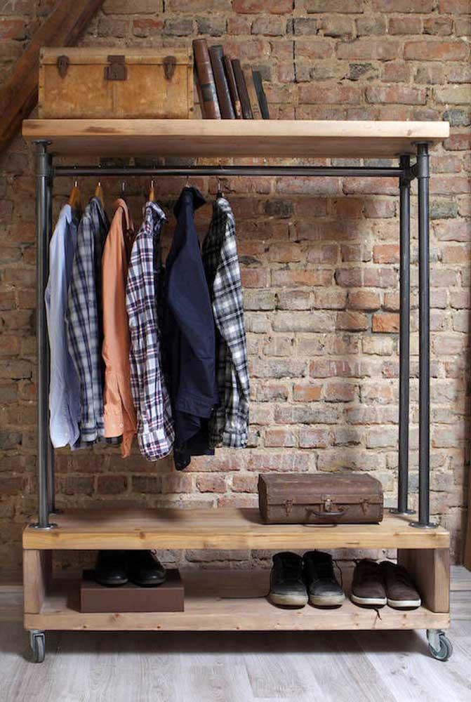 Guarda roupa de pallet moderno para o quarto masculino. Apenas arara e prateleiras