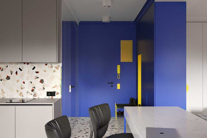 Três tendências em um só lugar: azul clássico, hall de entrada funcional e granilite