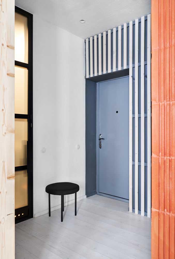 Mesmo sem muito espaço, você pode deixar o hall de entrada mais funcional, apostando, por exemplo, em um banquinho simples