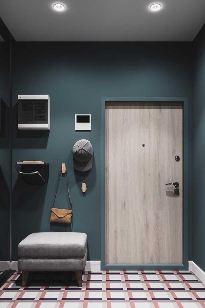 Hall de entrada funcional com cabideiro, banco e um porta correspondência