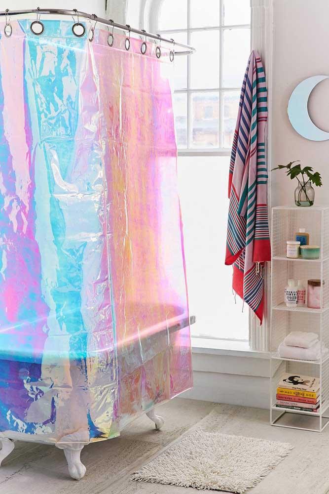 Até a cortininha do banheiro pode ganhar novos ares com a tendência da iridescência