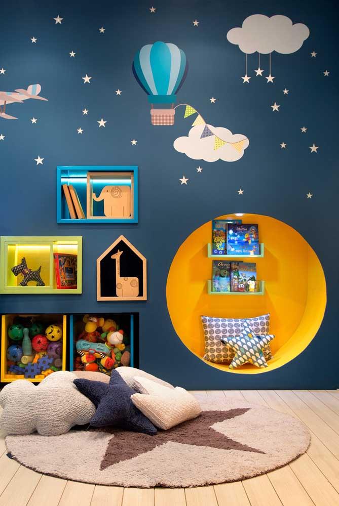 Nichos coloridos que decoram, organizam e ainda serve como cantinho de leitura