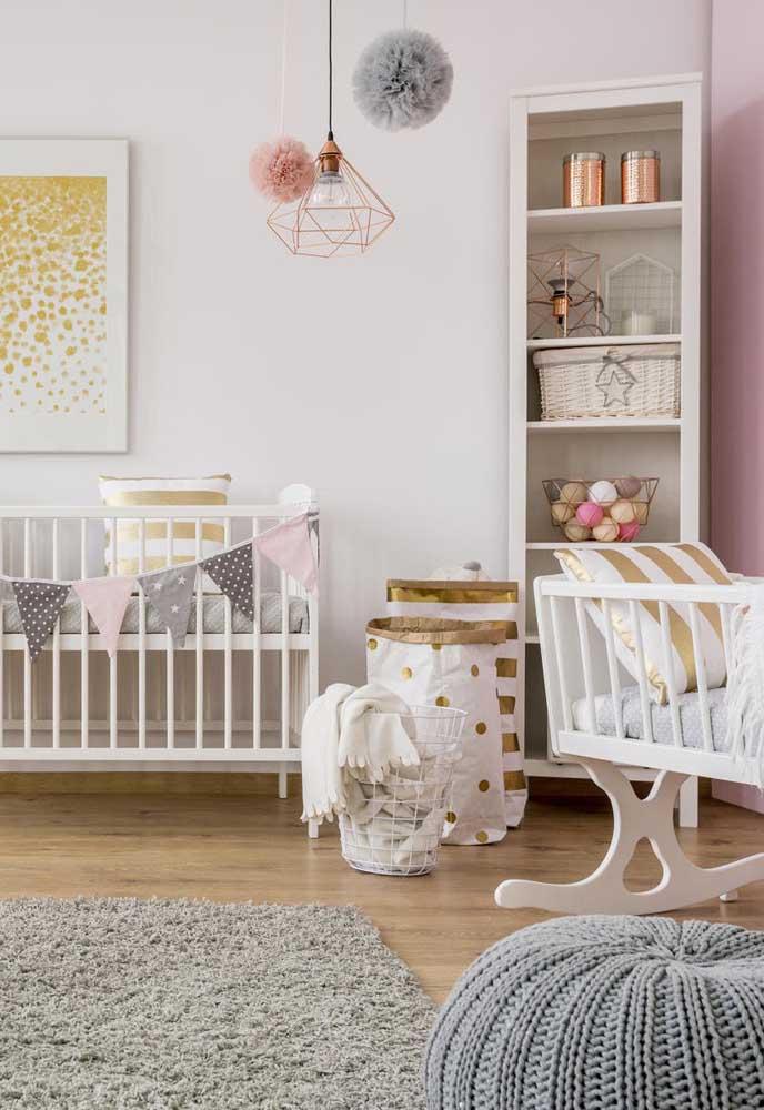 Nichos em formato de estante para completar o projeto desse quarto de bebê menina