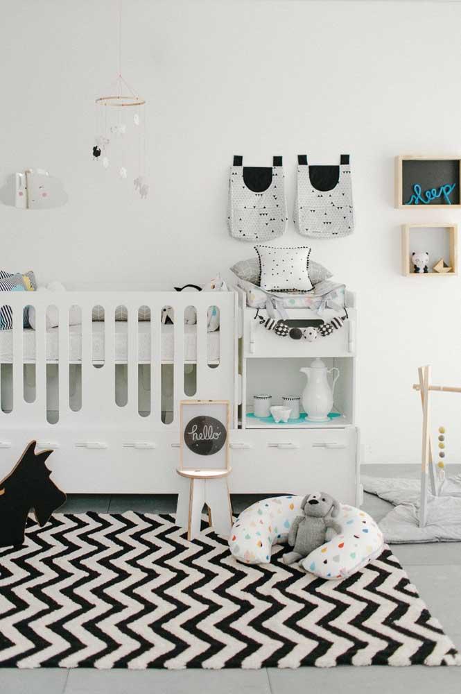 O quartinho de bebê preto e branco ganhou o contraste dos nichos em tom de madeira