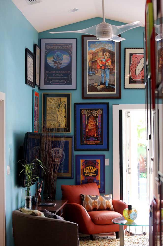 Seleção variada de quadros vintage na sala de estar