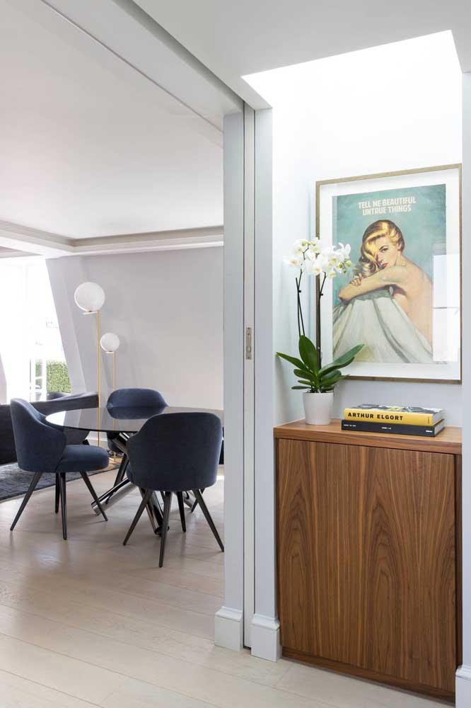 A casa elegante trouxe um quadro vintage para decorar o corredor