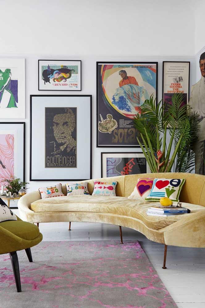 Tamanhos, cores e desenhos variados compõe essa parede de quadros vintage
