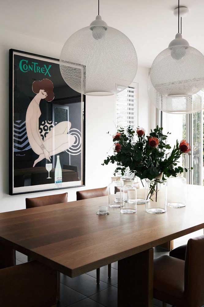 Quadro vintage com pegada artística decorando a sala de jantar elegante