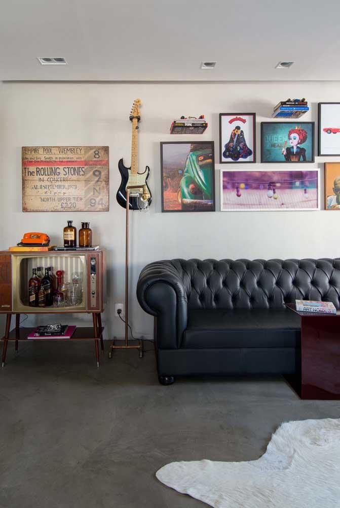 Quadros vintage de rock. Repare como os quadros se harmonizam com o restante da decoração