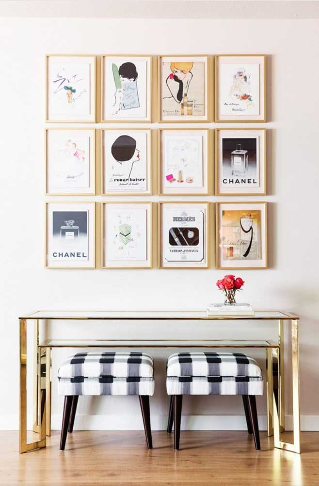 Composição de quadros vintage Chanel para compor o espaço sobre a penteadeira. Tudo a ver!