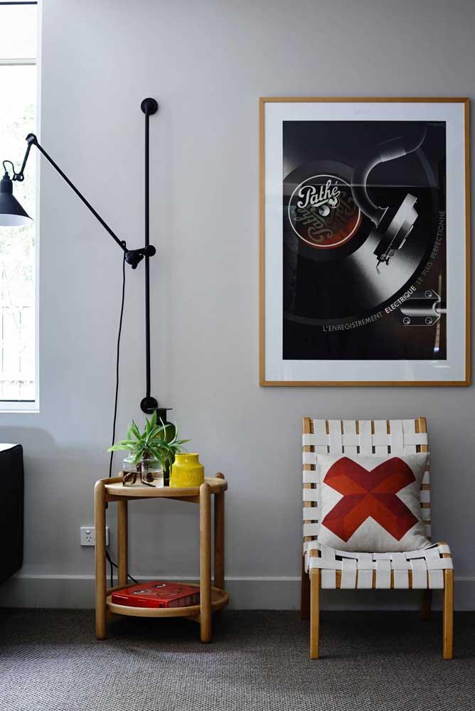 Aqui, um quadro vintage simples resolveu a decoração. Repare que a moldura do quadro conversa com o mobiliário da sala de estar