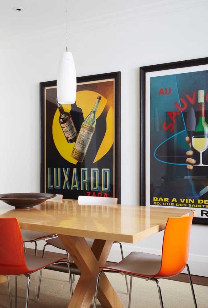 Para a sala de jantar moderna, dois quadros vintage grandes preenchendo toda a parede