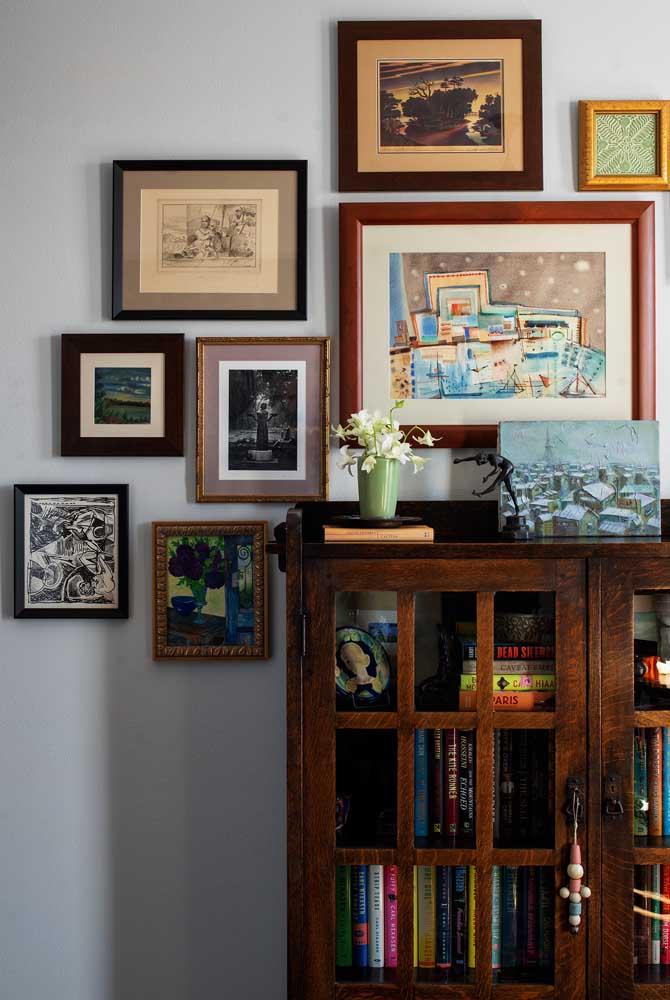 Misture fotografias com ilustrações na hora de compor a parede com quadros vintage