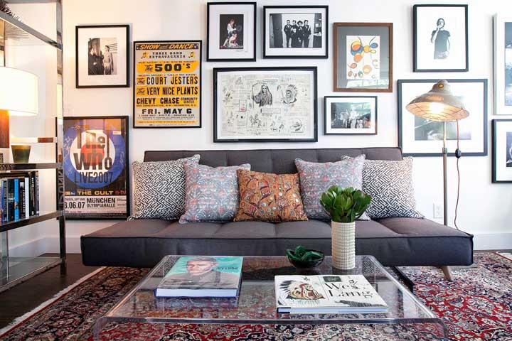 A parede do sofá é uma das melhores para expor sua coleção de quadros vintage
