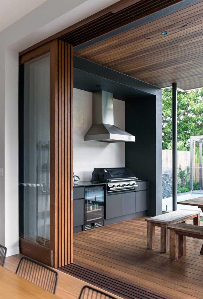 Área de lazer com churrasqueira integrada a parte interna da casa
