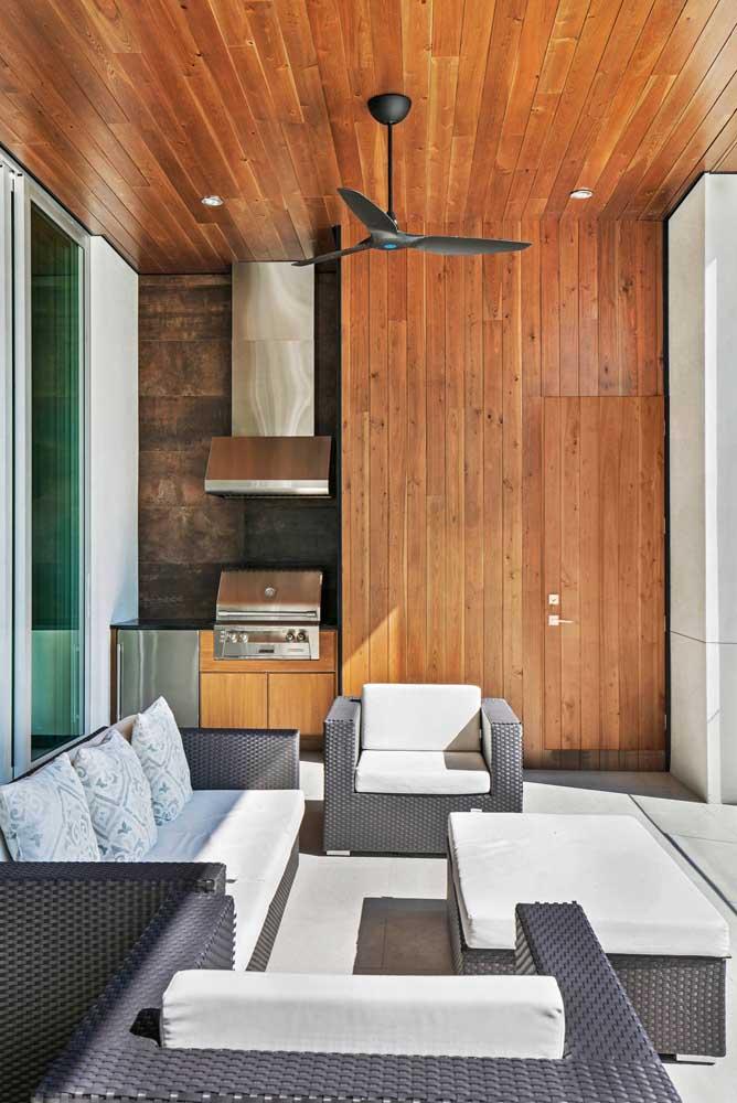 Revestimento em madeira para trazer conforto extra na área de lazer com churrasqueira