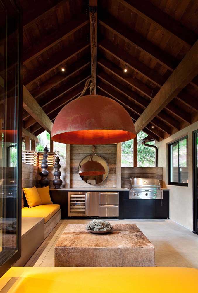 Área de lazer com churrasqueira rústica, mas com um toque de modernidade graças ao uso do inox