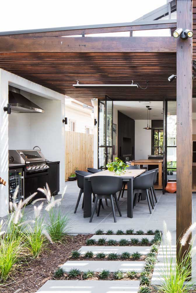 Área de lazer com churrasqueira no quintal da casa. Destaque para o forro de madeira que aquece e conforta
