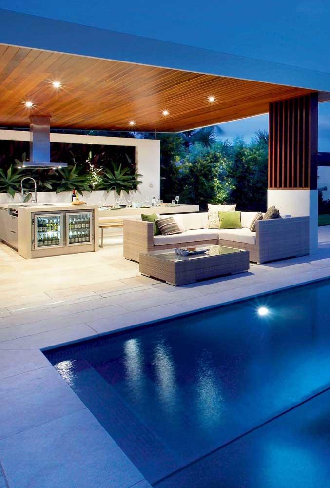 Área de lazer com churrasqueira e piscina: espaço moderno e luxuoso
