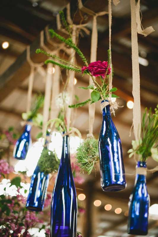 Decoração com garrafas para festa de casamento rústico. A cor escolhida foi a azul