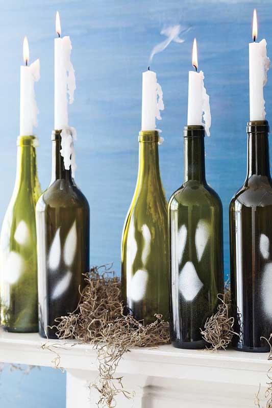 E o que acha de usar garrafas como castiçais? O efeito da vela escorrendo pelo vidro é incrível