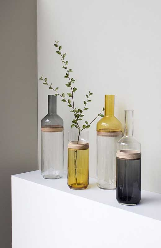 Olha que ideia legal: aqui, as bases das garrafas se juntam com a parte de cima das outras garrafas, formando uma composição super diferente