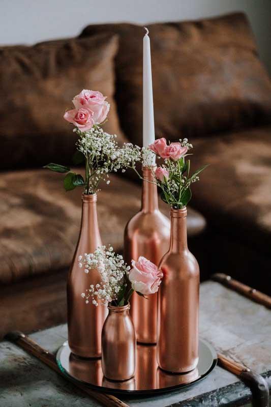 Que tal garrafas pintadas em rosé gold?