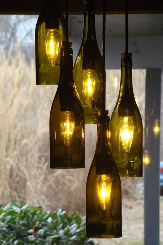 O vidro escuro da garrafa favorece o projeto do lustre