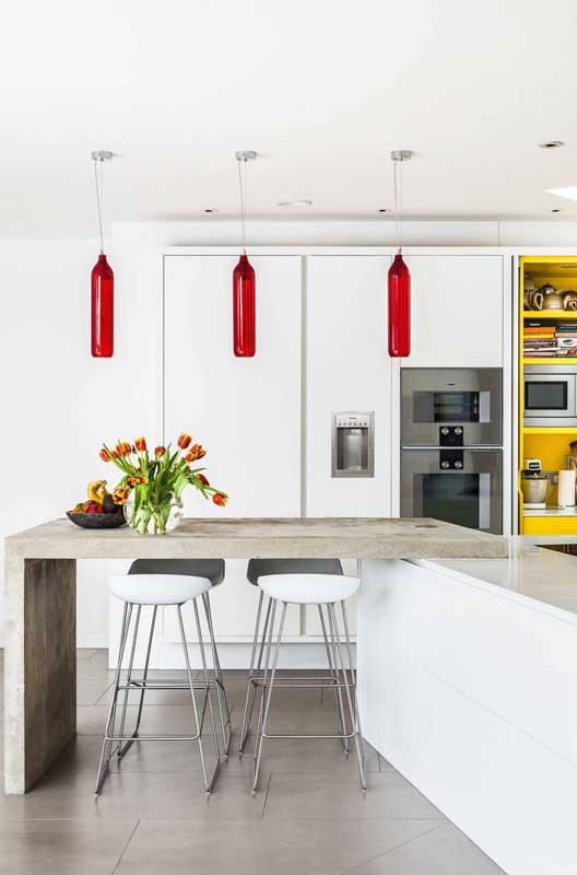 Tá precisando de luminárias para sua cozinha? Que tal essas feitas com garrafas de vidro?