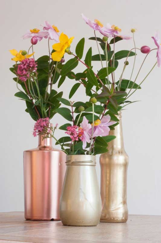 Além das garrafas, você pode usar ainda potes de vidro para completar a decoração