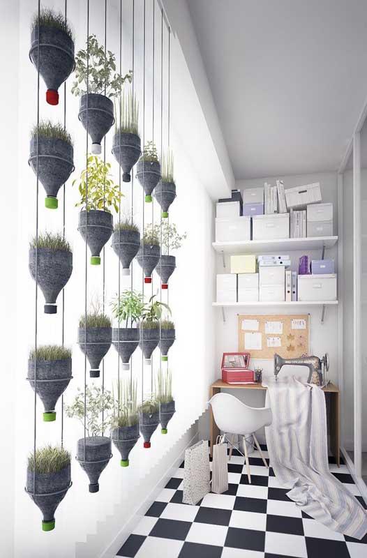 Horta vertical com garrafas pet! A solução para o seu problema de espaço