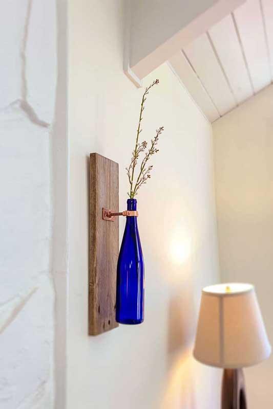 Uma garrafa, um suporte e uma florzinha!