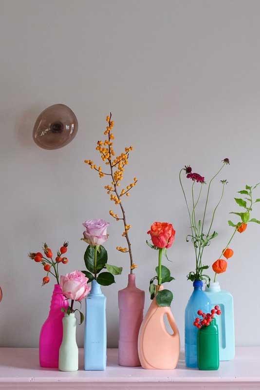 Aqui, a decoração com garrafas é bem diversificada: vai de embalagem de amaciante à embalagem de suco