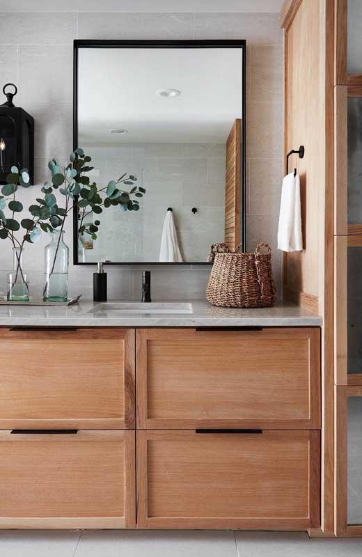 Decoração com garrafas para o banheiro. As folhas de eucalipto completam a decoração e ainda perfumam o ambiente
