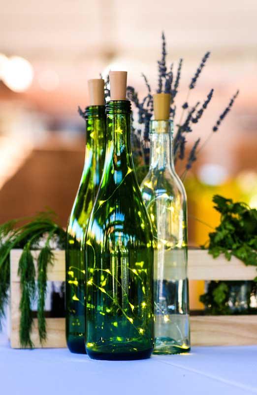 Quanto menor as luzes, mais delicado o efeito da luminária de garrafa de vidro