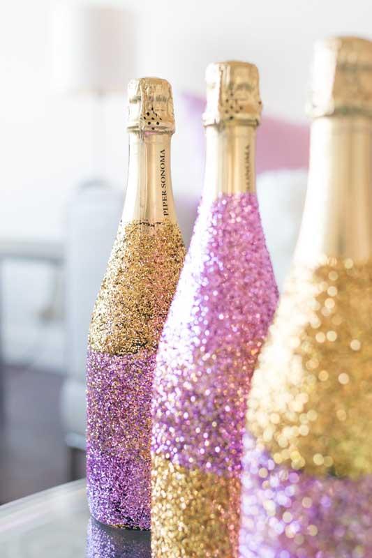 Um luxo essa decoração com garrafas purpurinadas