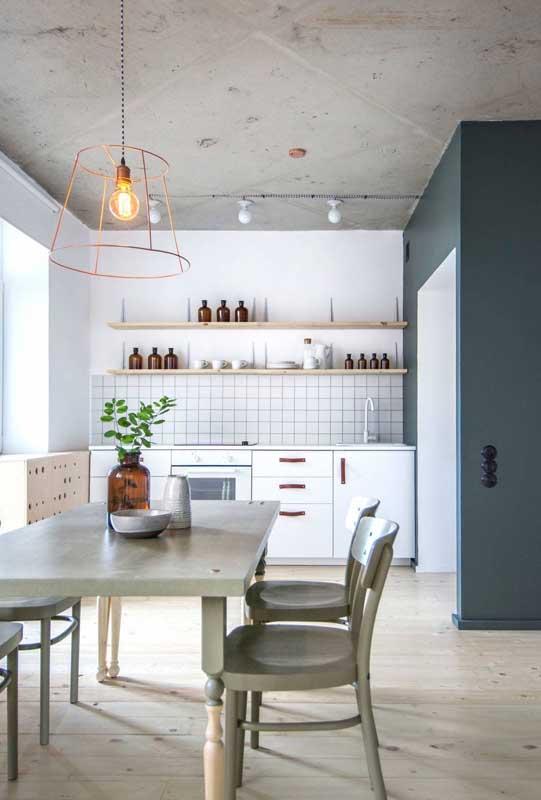 Já nessa cozinha branca e moderna, a opção foi por garrafas de vidro marrom padronizadas