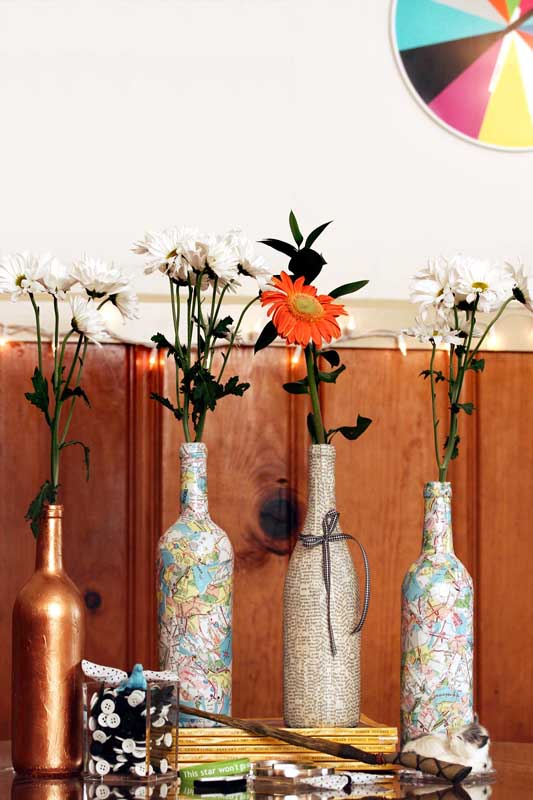 Garrafas de vidro revestidas com tecido para uma decoração simples, bonita e barata
