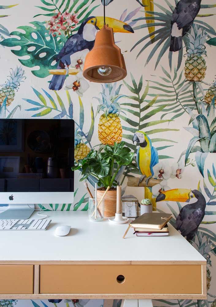 Escritório em casa pequeno decorado com papel de parede em estampa tropical, afinal, um pouco de cor não faz mal para ninguém.