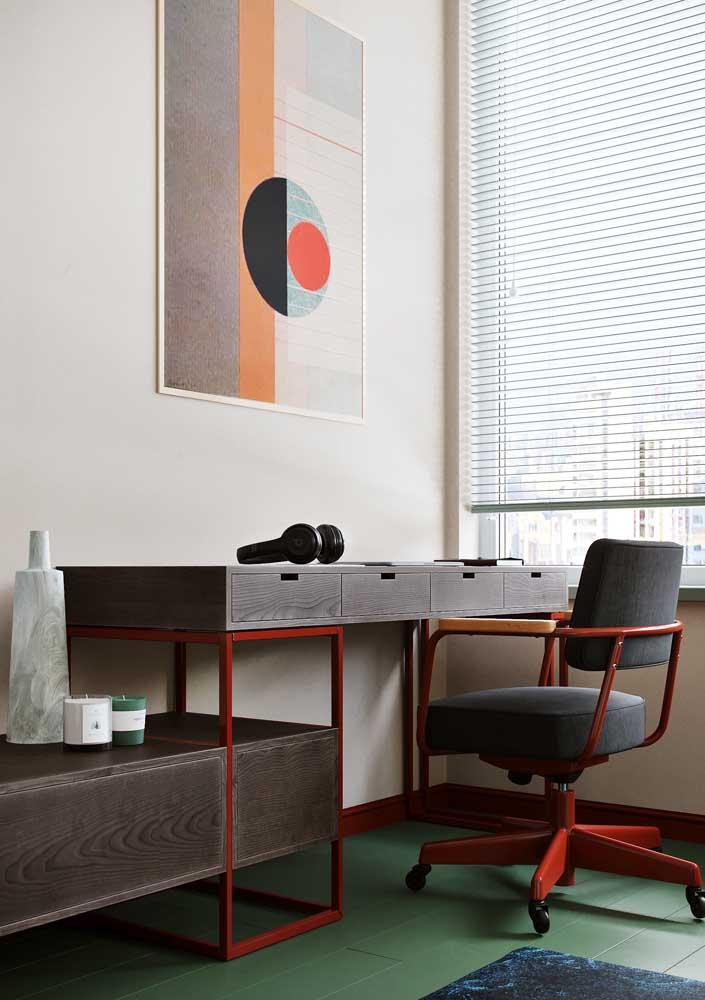 Escritório em casa decorado com quadro. Repare que as cores, tanto da pintura, quanto dos móveis, conversam entre si