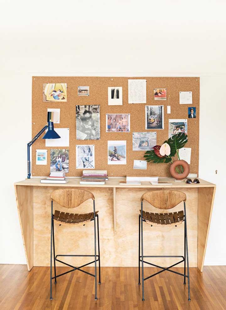 Mini escritório em casa para duas pessoas. Repare que ao invés de mesa foi usado um balcão com banquetas altas, o que confere um visual mais moderno ao ambiente