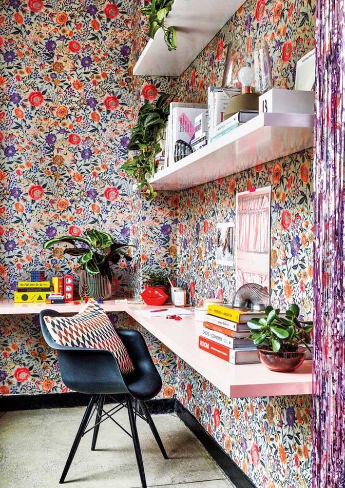 Aqui, o escritório se resolveu de maneira simples, mas espetacular: bastaram algumas prateleiras e um papel de parede floral bem colorido