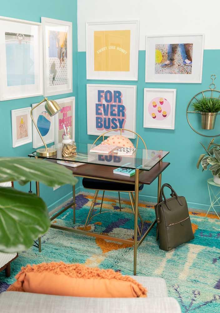 Escritório em casa compartilhado com a sala de estar. A mesa de vidro traz leveza e ajuda na sensação de amplitude do espaço
